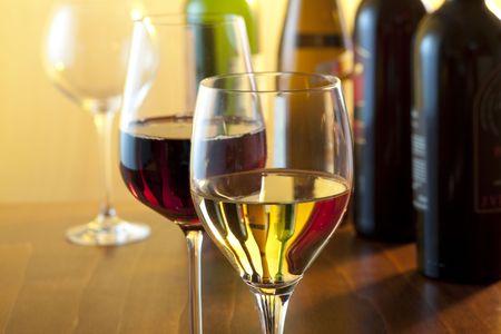 white wine bottle: escena de degustaci�n con dos copas de vino Foto de archivo