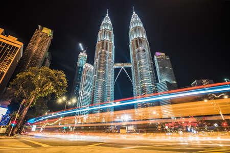クアラルンプール、マレーシアに位置する世界で一番高いツインタワーの前に車から光ストリーク