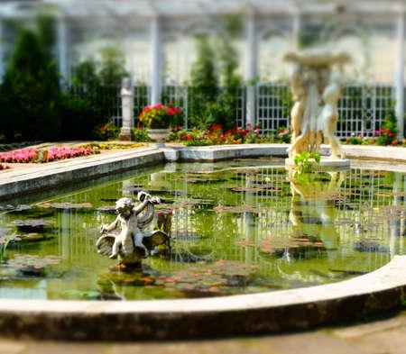 Garden Cherub Imagens - 42847926