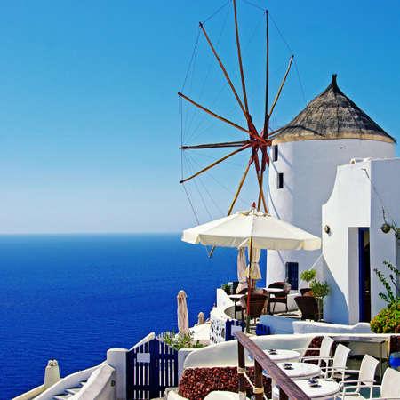 MOLINOS DE VIENTO: Santorini - Oia, un bar con molino de viento Foto de archivo
