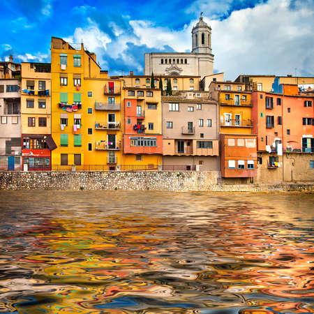 colourful houses: Girona - pict�rico de la ciudad de Catalu�a, Espa�a Foto de archivo