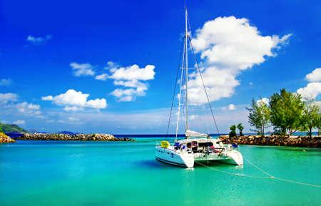 blue lagoon: paesaggio tropicale con yacht Archivio Fotografico
