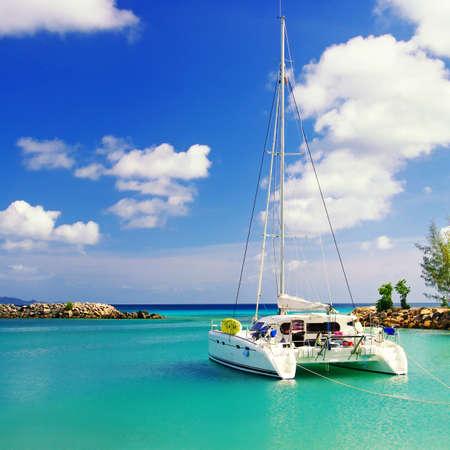 rustige scène in het zonnige ochtend op de Seychellen met zeilboot