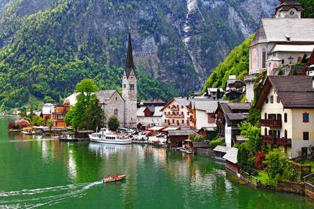 familia en la iglesia: impresionantes paisajes Alpen, Austria Hallstatt
