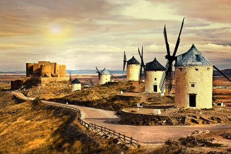 don quijote: molinos de viento de Espa�a en la puesta del sol Foto de archivo