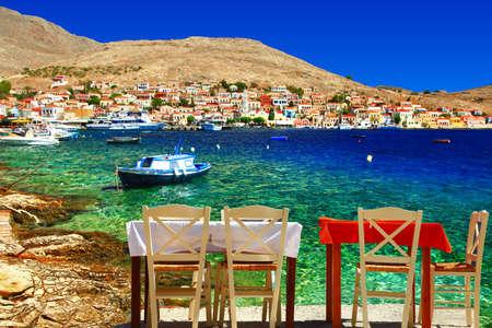 海によって小さいギリシャのタベルナ