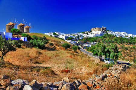 Scénique Grèce, l'île de Patmos, voir avec les moulins à vent et le monastère Banque d'images - 21934961