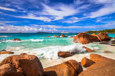 bateau voile: superbes plages des Seychelles, l'�le de Praslin