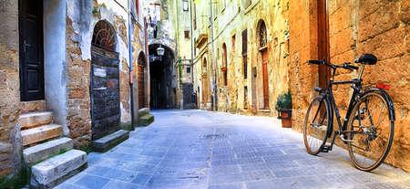 イタリアの中世の村の魅力的な古い通り