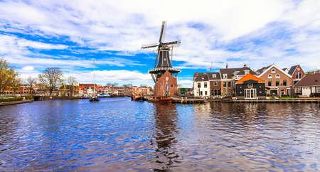 Haarlem v Holandsku pohled s větrným mlýnem Reklamní fotografie