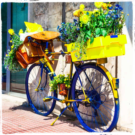 the postman: Bisycle del cartero - encantadora decoración floral Foto de archivo