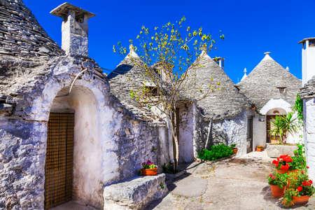 명소와 이탈리아의 관광 명소 - Puglia 지역에서 알베로 벨로 에디토리얼