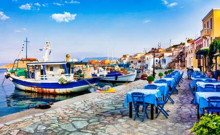 전통적인 그리스 - 오래 된 낚시 보트와 베르나, Chalki 섬