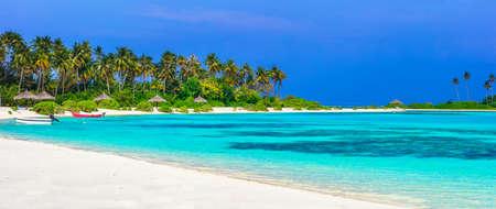 playas tropicales: islas Maldivas - Panorama de la playa de arena blanca Foto de archivo