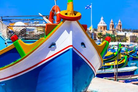 マルタ - マルサシュ ロックの村で伝統的なカラフルなボート