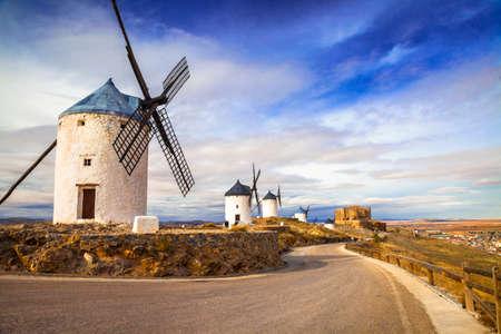 don quijote: molinos de viento de Don Quijote. Cosuegra, España Foto de archivo