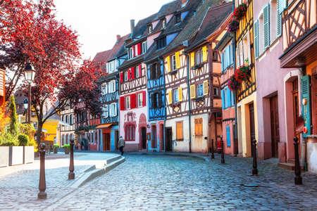 Bunte traditionelle Fachwerkhäuser von Elsass-Region, Colmar-Stadt, Frankreich Standard-Bild - 64898587