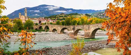 jorobado: ciudad medieval con Bobbio antiguo puente Ponte Vecchio. Italia Foto de archivo