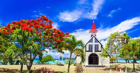 Famosa iglesia roja en Cap malhereux en la isla de Mauricio y árbol flamboyant Foto de archivo - 70203649