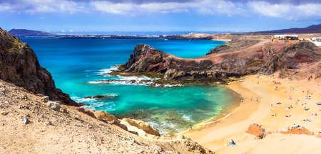 Vulkanisch landschap van Lanzarote eiland, Azure zee en ongelooflijke rotsen, Canarische eilanden, Spanje.
