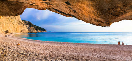 Impressive caves in Lefkada island, Porto Katsiki bay, Greece. Banque d'images