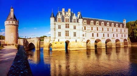 우아하고 웅장 한 Chenonceau 오래 된 중세 성곽 석양을 통해 루 아르 계곡, 프랑스.