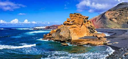 美しいランサローテ島、黒砂と火山岩、カナリア島、スペイン。 写真素材