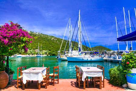 Restaurant traditionnel dans le village de Sivota, île de Leucade, Grèce.