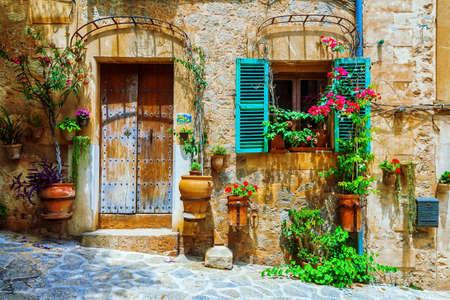 Oude straten van middeleeuws dorp, Spello, Umbrië, Italië.