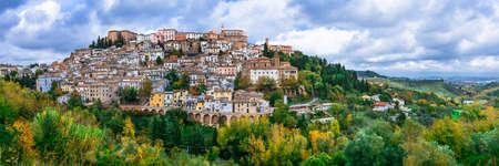 인상적인 Loreto Aprutino 마을, 파노라마보기, Abruzzo, 이탈리아.