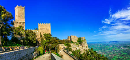 Impressionante villaggio di Erice, vista panoramica, Sicilia, Italia. Editoriali