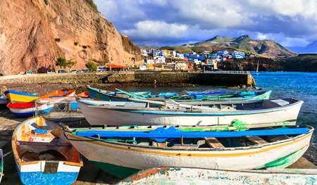 Barcos de pesca tradicionales, Puerto de Sardina, Gran Canaria, España.