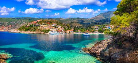 Bellissimo villaggio di Assos, vista panoramica, isola di Cefalonia, Grecia Archivio Fotografico