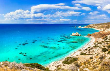 Mare turchese e rocce in spiaggia di Afrodite, isola di Cipro. Archivio Fotografico