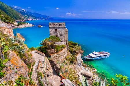 Hermoso Monterosso al mare, vista con mar turquesa y castillo, Cinque Terre, Liguria, Italia. Foto de archivo