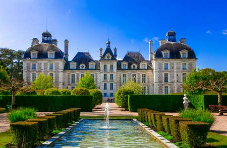 Castles of Loire valley - elegant Cheverny. Landmarks of France Publikacyjne