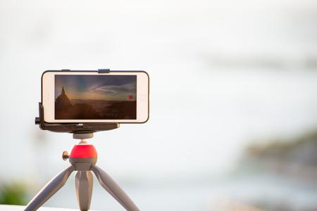 mujer mirando el horizonte: tiro de teléfonos opinión del primer TIMELAB la salida del sol