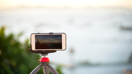 mujer mirando el horizonte: Primer tiempo de toma de teléfono vueltas vista del amanecer
