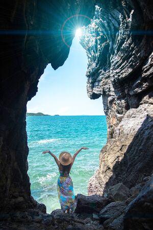マキシドレスとても幸せを持つ女性を旅行し、ケオ シーチャン、タイの海の近くの洞窟でリラックス 写真素材