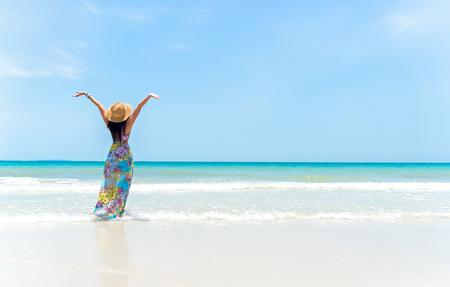 Glückliche Frau am Strand im Sommer