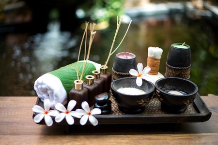 Thaise Spa massage comprimeren ballen, kruidenbal en behandeling spa, ontspannen en gezonde zorg met bloem, Thailand. Gezond Concept. selecteer focus