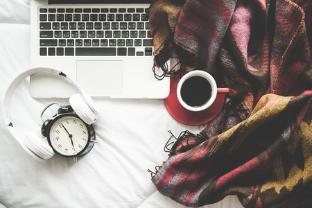아늑한 겨울 집 배경, 마쉬 멜 로우와 따뜻한 커피, 흰색 침대 배경, 빈티지 음색에 따뜻한 니트 스웨터의 컵. 라이프 스타일 컨셉 스톡 콘텐츠
