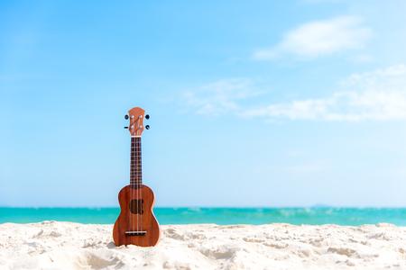 Letni dzień z gitary ukulele dla relaksuje na pięknym plaży i niebieskiego nieba tle, kopii przestrzeń. Koncepcja podróży i lato Zdjęcie Seryjne