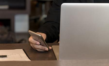 Hombre de negocios con teléfono inteligente y tableta para trabajar con datos financieros en el espacio de trabajo. Concepto de negocio. Foto de archivo - 91537689