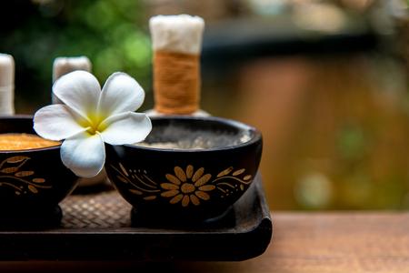 Spa Thaise setting voor aromatherapie en suiker- en zoutmassage met bloem op het bed, ontspanning en gezonde zorg. Gezond concept Stockfoto