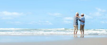 Asian Lifestyle Senior Paar tanzen am Strand glücklich und entspannen sich. Tourismus ältere Familie reisen Freizeit und Aktivität nach dem Ruhestand in den Ferien und im Sommer. Kopieren Sie Platz und Benner für Text