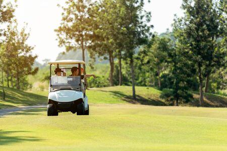 Group Professional Golfer asiatischer Mann und Freund, die auf dem Autogolf sitzen, gehen zum Golfplatz, der das Spiel fortsetzt. Hobby im Urlaub und Urlaub am sonnigen Morgentag auf Clubgolf. Lifestyle- und Sportkonzept
