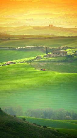 gradual: Tuscan colina, el tiro paisaje Toscana con naranja filtros graduales Foto de archivo