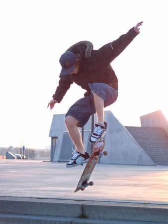 Vangen wat lucht - skateboarder doet een stunt in de stad