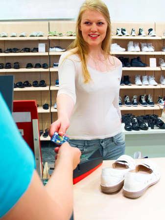 comprando zapatos: Estilo de vida moderno - Comprar zapatos con tarjeta de cr�dito Foto de archivo